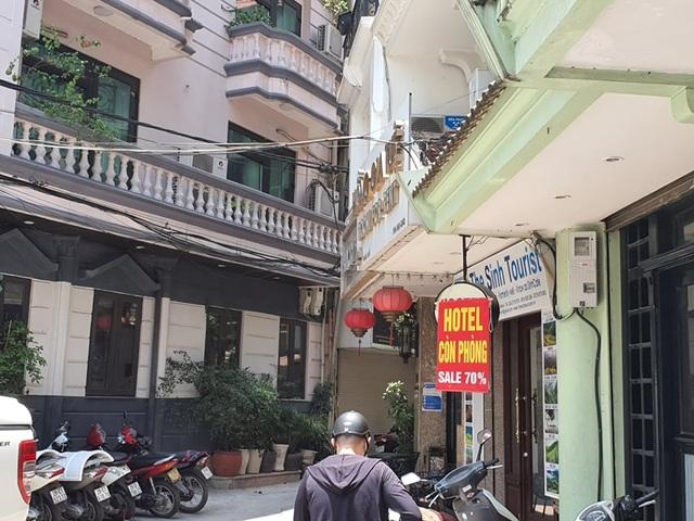 Treo biển giảm giá 70%, phố khách sạn từng sầm uất nhất Hà Nội vẫn... ế - 5