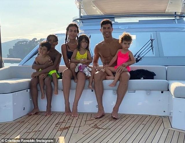 Ngắm du thuyền 165 tỷ đồng nơi Cristiano Ronaldo đang nghỉ hè bên gia đình - 1