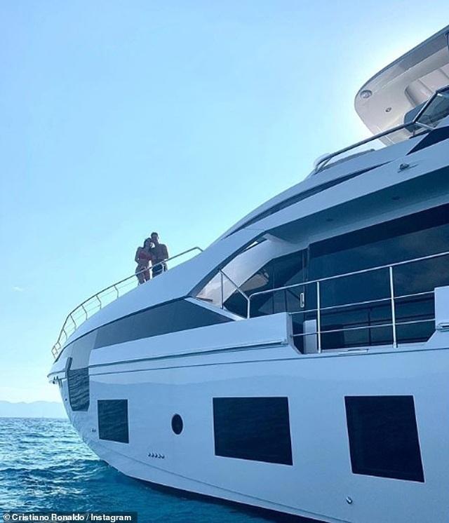 Ngắm du thuyền 165 tỷ đồng nơi Cristiano Ronaldo đang nghỉ hè bên gia đình - 3