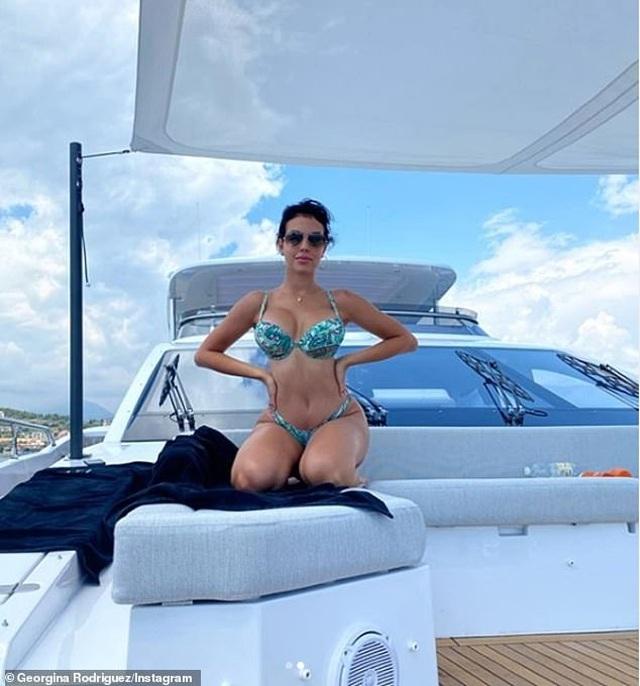 Ngắm du thuyền 165 tỷ đồng nơi Cristiano Ronaldo đang nghỉ hè bên gia đình - 4