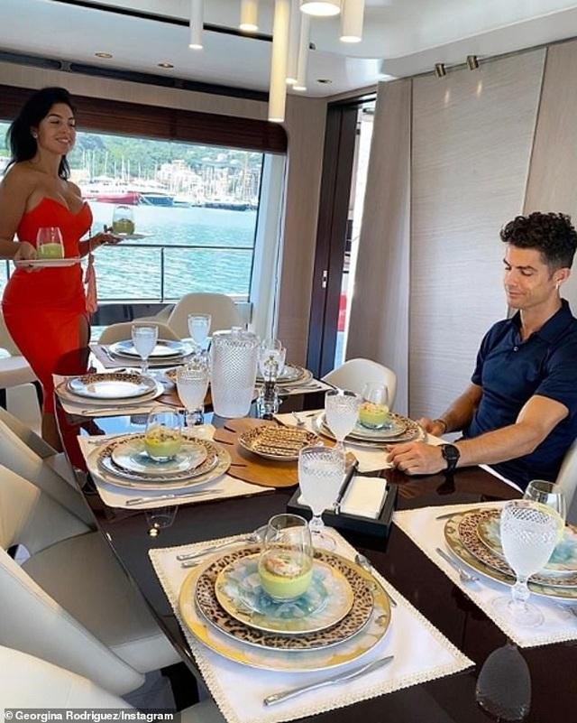 Ngắm du thuyền 165 tỷ đồng nơi Cristiano Ronaldo đang nghỉ hè bên gia đình - 5
