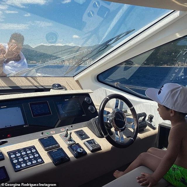 Ngắm du thuyền 165 tỷ đồng nơi Cristiano Ronaldo đang nghỉ hè bên gia đình - 8