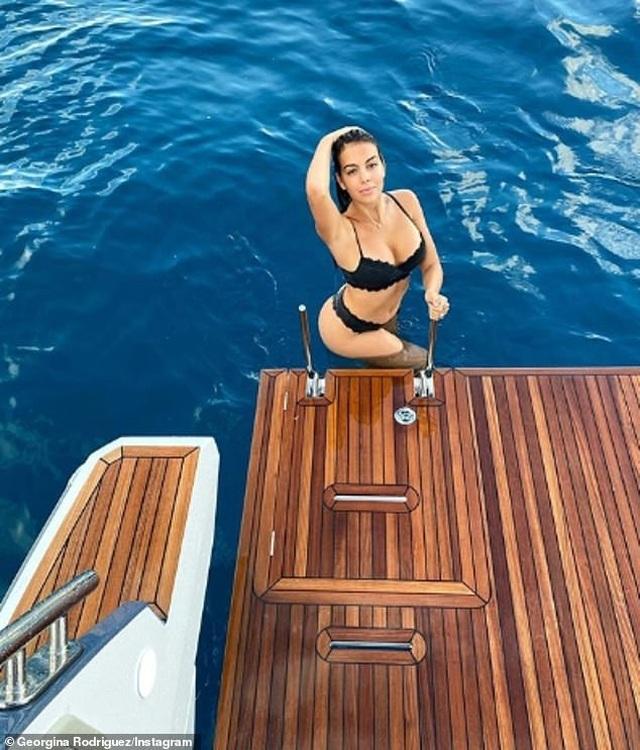 Ngắm du thuyền 165 tỷ đồng nơi Cristiano Ronaldo đang nghỉ hè bên gia đình - 9