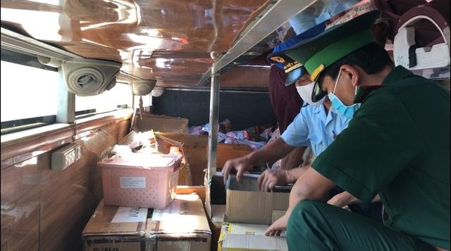 Chế thêm thùng kín trên xe khách để cất giấu, tuồn hàng lậu qua biên giới - 2
