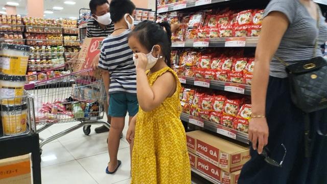 Hà Nội: Hàng hoá đầy kệ, giá cả không biến động sau tin dữ Covid-19 - 3