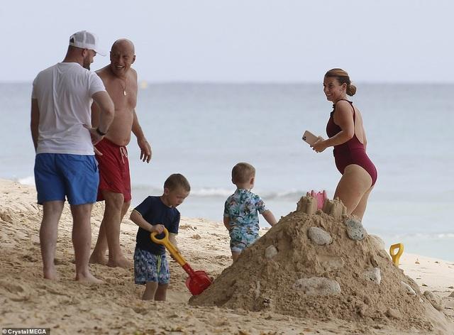 Vợ Wayne Rooney chơi đùa cùng con trên biển - 7
