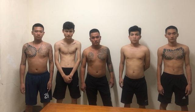 11 thanh niên dùng hàng nóng hỗn chiến trong đêm - 1