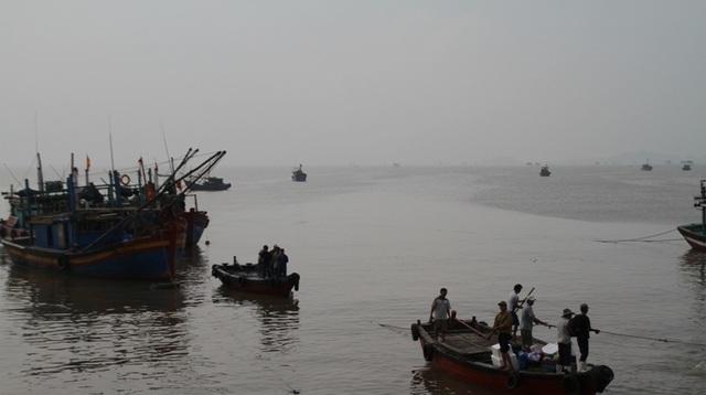 Bão số 2 diễn biến phức tạp, còn gần 200 tàu cá vẫn chưa kịp vào bờ - 1