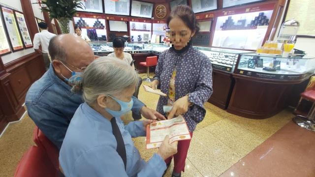 Giá vàng lên đỉnh: Cụ 80 tuổi dốc lương hưu đi mua, lộ mánh nhà vàng ăn lãi - 5