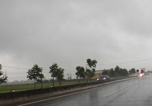 Bão số 2 cách đất liền hơn 450km, Hà Tĩnh bắt đầu mưa to - 1