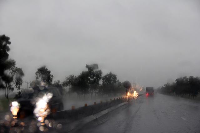 Bão số 2 cách đất liền hơn 450km, Hà Tĩnh bắt đầu mưa to - 3