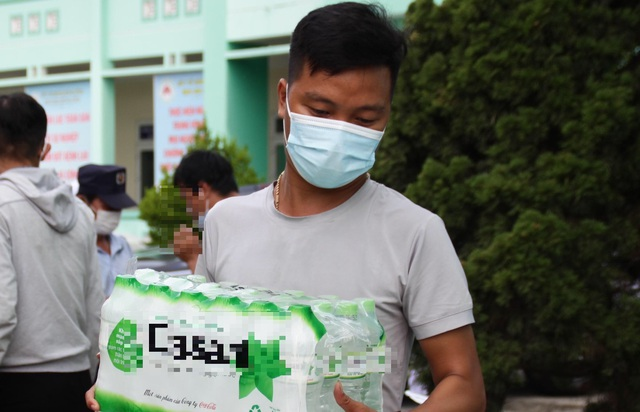 """Nhân viên y tế Đà Nẵng xúc động nhận quả cam có lời nhắn nhủ """"chờ trở về"""" - 4"""