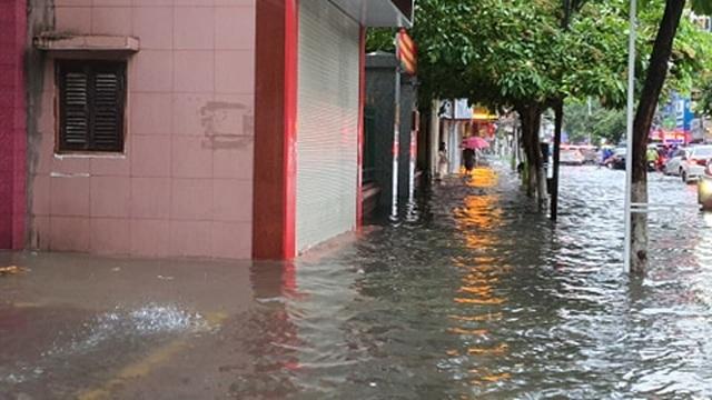 Nhiều tuyến phố Hải Phòng ngập trong biển nước - 3
