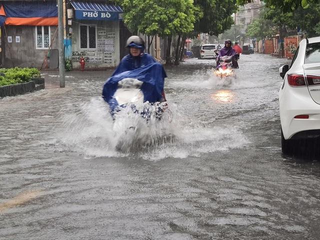 Nhiều tuyến phố Hải Phòng ngập trong biển nước - 5