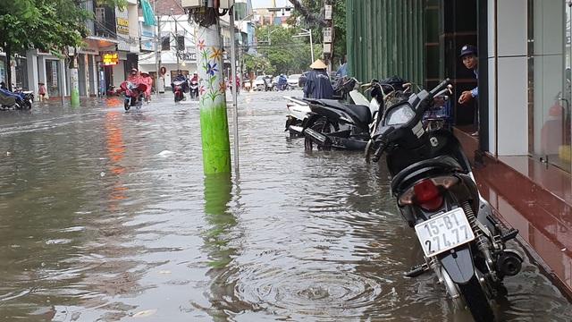 Nhiều tuyến phố Hải Phòng ngập trong biển nước - 2