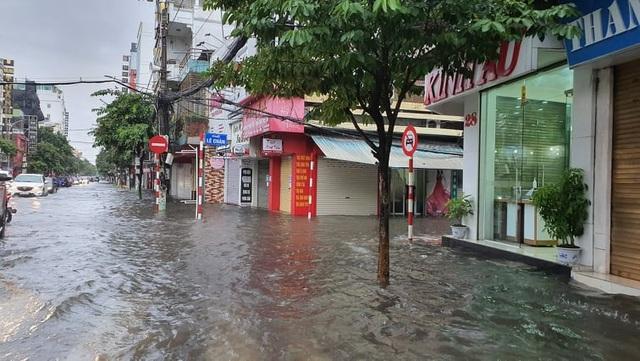 Nhiều tuyến phố Hải Phòng ngập trong biển nước - 1