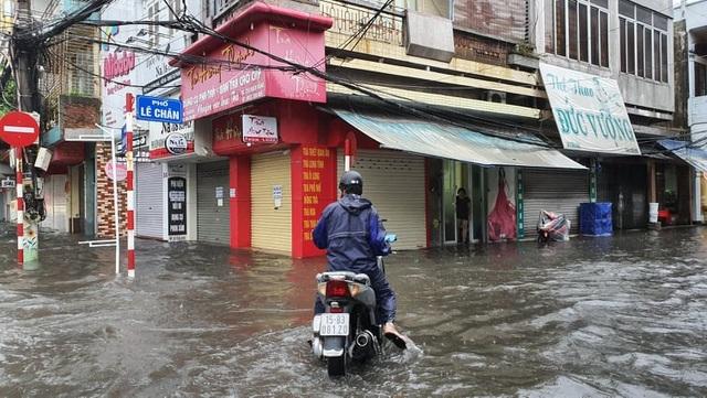 Nhiều tuyến phố Hải Phòng ngập trong biển nước - 7