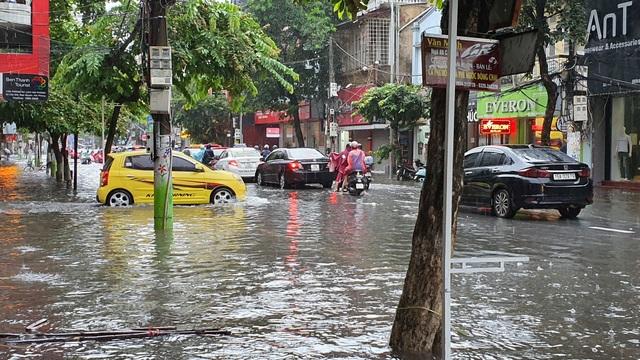 Nhiều tuyến phố Hải Phòng ngập trong biển nước - 10