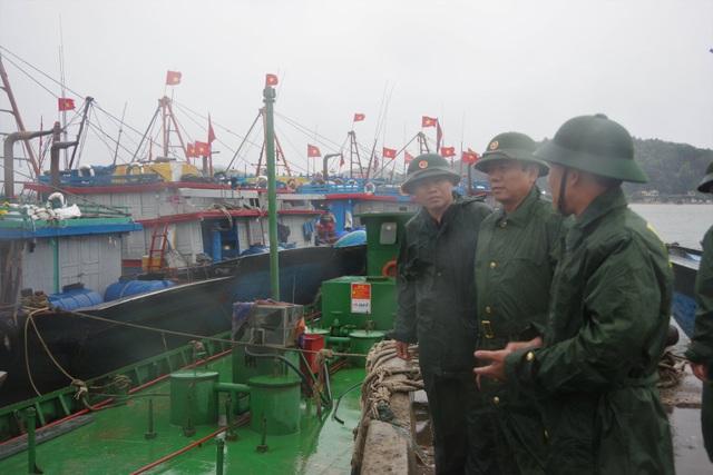 Tàu cá bị chìm do ảnh hưởng bão số 2 - 5