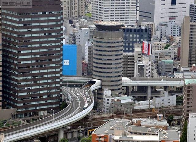 Độc đáo tòa nhà để đường cao tốc chạy xuyên thủng đi qua - 2