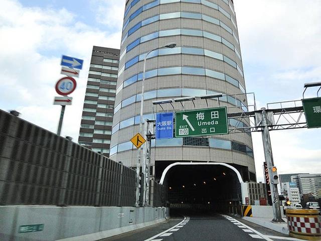 Độc đáo tòa nhà để đường cao tốc chạy xuyên thủng đi qua - 4