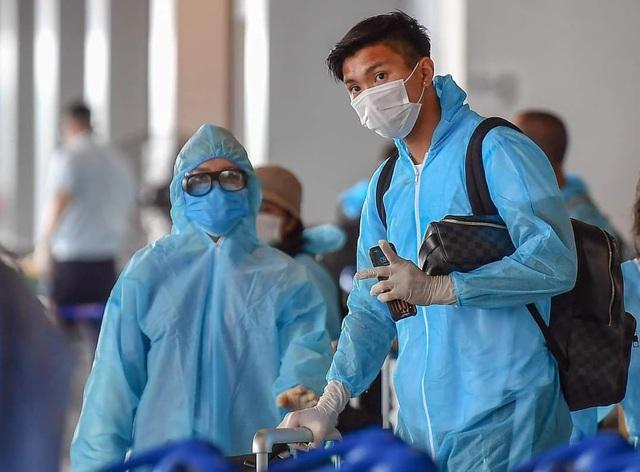 Đoàn Văn Hậu đặt chân xuống sân bay Vân Đồn - 1