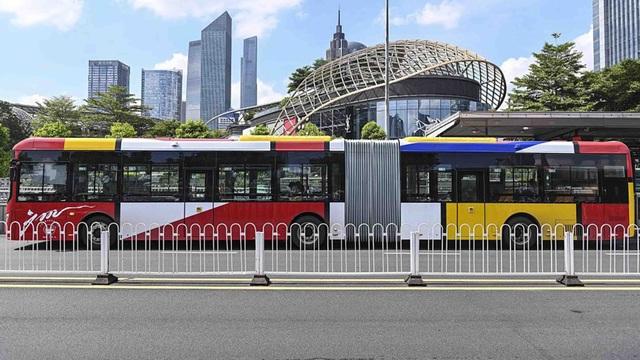 Trung Quốc trình làng mẫu xe bus điện siêu dài tới 18 m - 2