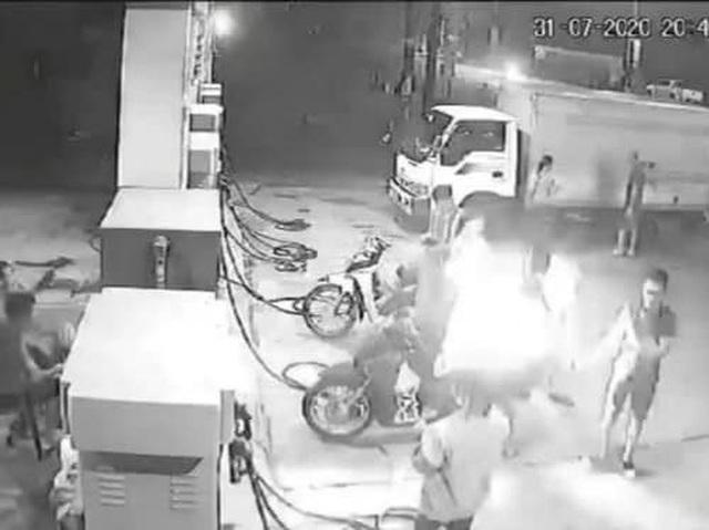 """Hà Nội: Ba thanh niên """"chơi ngông"""" châm lửa hút thuốc khi đang đổ xăng - 1"""
