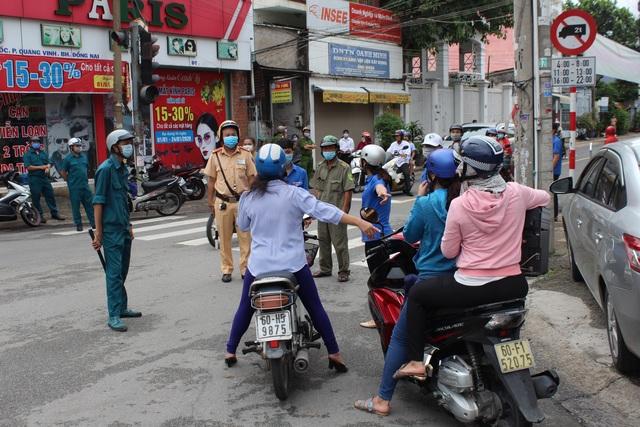 Một số người dân xin được vào nhưng được lực lượng chức năng giải thích đang tiến hành phong tỏa tuyến đường