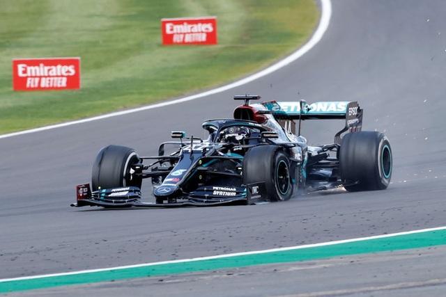 British GP 2020: Gay cấn tột độ, Lewis Hamilton lê lết cán đích - 9