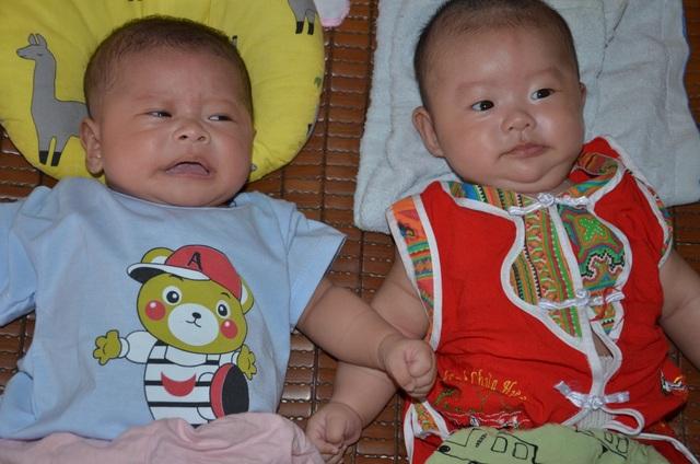 Đau nhói lòng cảnh 2 đứa trẻ song sinh khát sữa bên người mẹ mắc u não - 1