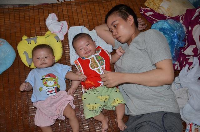 Đau nhói lòng cảnh 2 đứa trẻ song sinh khát sữa bên người mẹ mắc u não - 2