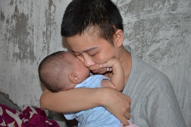 Đau nhói lòng cảnh 2 đứa trẻ song sinh khát sữa bên người mẹ mắc u não - 4