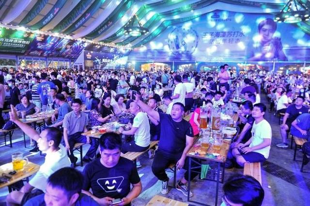 Hàng nghìn người Trung Quốc không đeo khẩu trang, nô nức dự lễ hội bia - 1