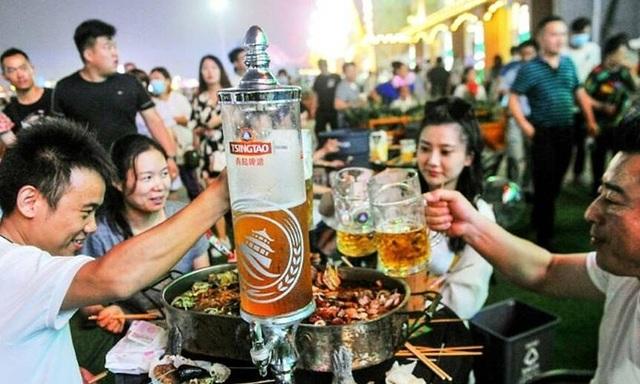 Hàng nghìn người Trung Quốc không đeo khẩu trang, nô nức dự lễ hội bia - 2