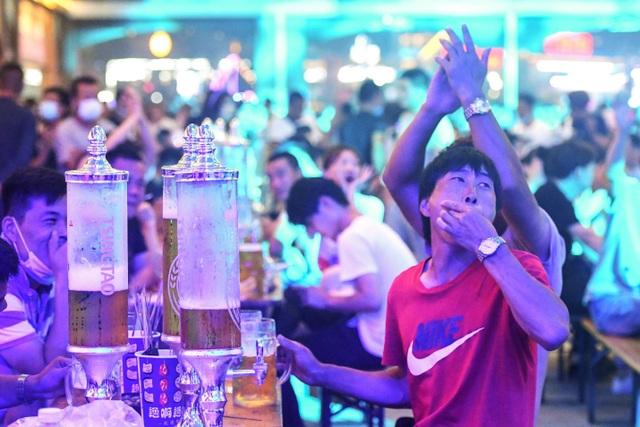 Hàng nghìn người Trung Quốc không đeo khẩu trang, nô nức dự lễ hội bia - 3