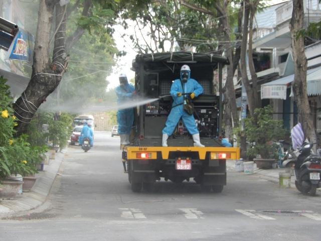 Hơn 10 xe đặc chủng phun thuốc khử khuẩn toàn quận Sơn Trà - 7