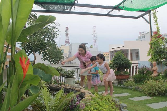 """Ông bố 2 con ở Đà Nẵng """"làm vườn, nuôi cá"""" đẹp mê trên sân thượng nhà phố - 11"""
