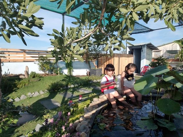 """Ông bố 2 con ở Đà Nẵng """"làm vườn, nuôi cá"""" đẹp mê trên sân thượng nhà phố - 10"""