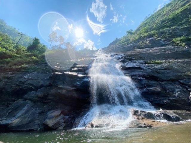 Sa Pa: Mãn nhãn thác nước cao hơn trăm mét đổ xuống từ đỉnh núi  - 1