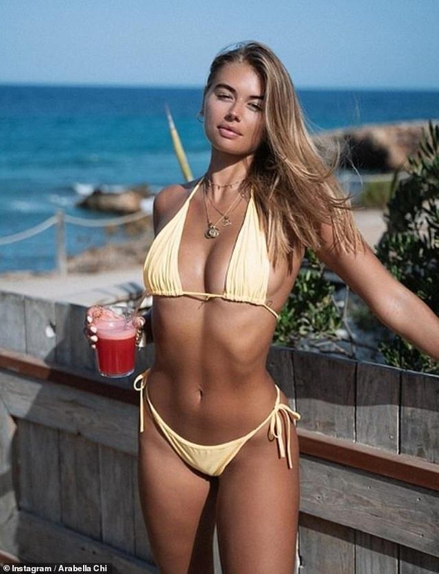 Arabella Chi cuốn hút với bikini vàng - 1