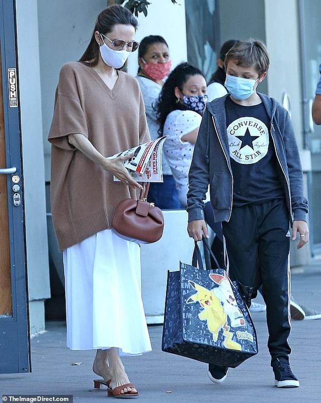 Angelina Jolie đeo khẩu trang đưa con ra phố - 1