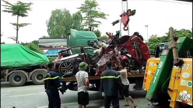 Xe container nghiền nát xe con trên phố Hà Nội, 3 người tử vong tại chỗ - 3