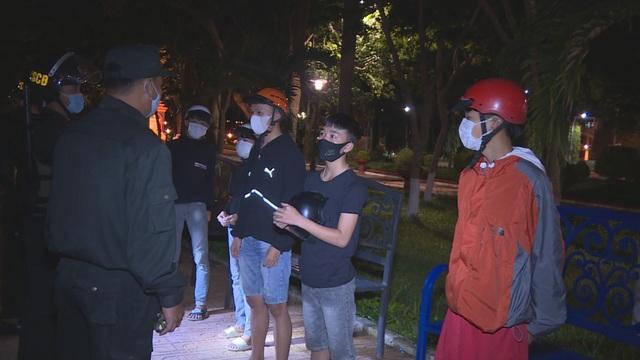 CSCĐ tuần tra dọc phố nhắc hàng quán đóng cửa, người dân đeo khẩu trang - 3