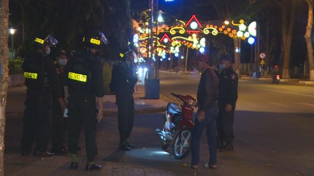 CSCĐ tuần tra dọc phố nhắc hàng quán đóng cửa, người dân đeo khẩu trang - 2