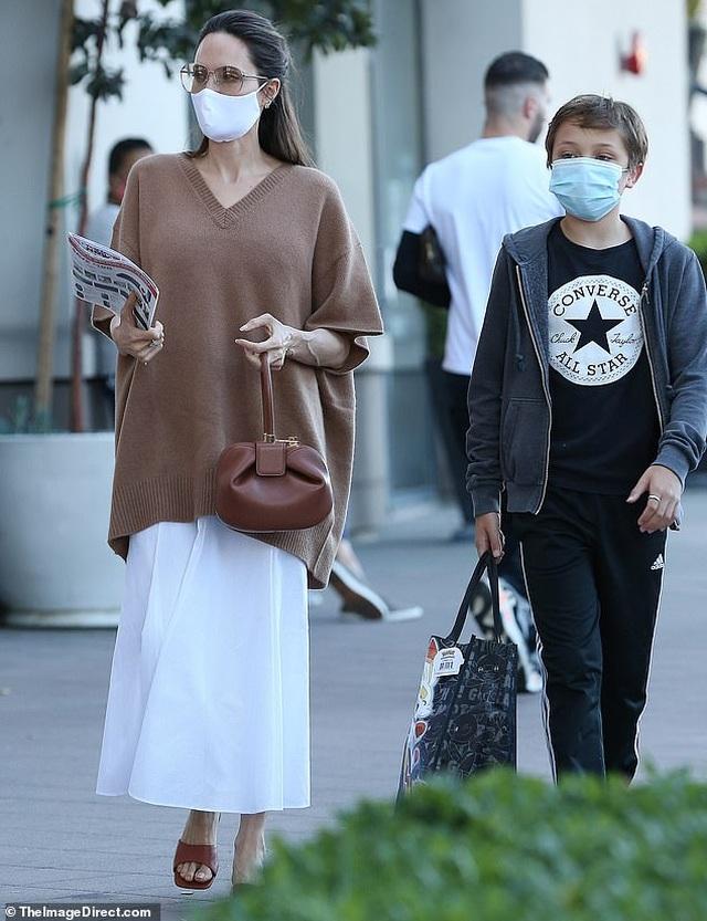 Angelina Jolie đeo khẩu trang đưa con ra phố - 2