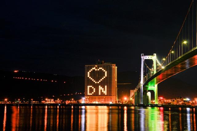 Đà Nẵng: Khách sạn đồng loạt lên đèn hình trái tim giữa mùa dịch - 1