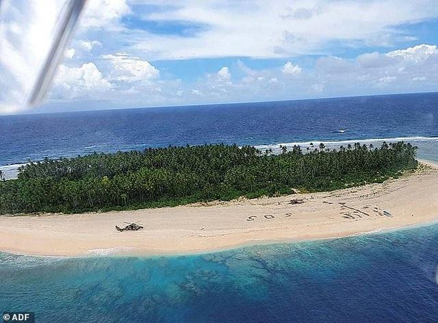Được cứu sống khỏi đảo hoang nhờ dòng chữ viết trên cát - 1