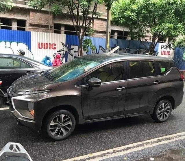 Hà Nội: Thanh sắt dài 2m rơi từ cao xuống, chọc xuyên nóc ô tô trên phố - 1