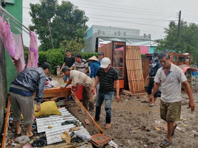 Hàng trăm gia đình miền Tây điêu đứng vì bão số 2 - 4